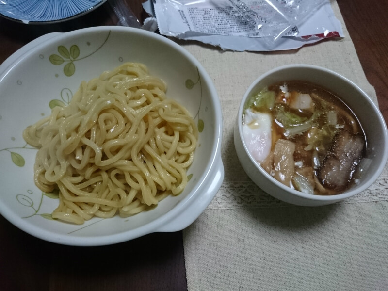 セブンイレブン 具付きつけ麺を夕食で食べる